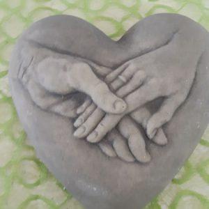 Steinherz mit Händen