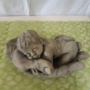 Baby liegend in Hand